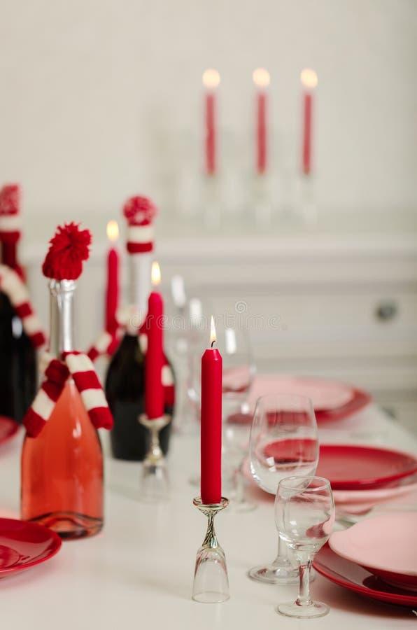 Χαρούμενα Χριστούγεννα και καλή χρονιά! Ο πίνακας θέτοντας - κόκκινα και ρόδινα πιάτα, διακοπές πλεκτό ντεκόρ - Άγιος Βασίλης έπλ στοκ εικόνες