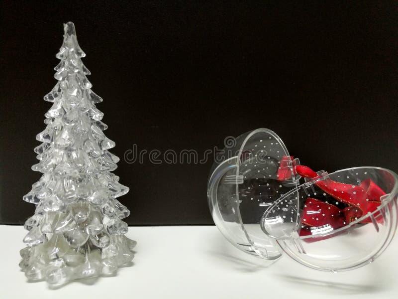 Χαρούμενα Χριστούγεννα και καλή χρονιά, άσπρο σαφές χριστουγεννιάτικο δέντρο και κρεμώντας σφαίρα στοκ φωτογραφία