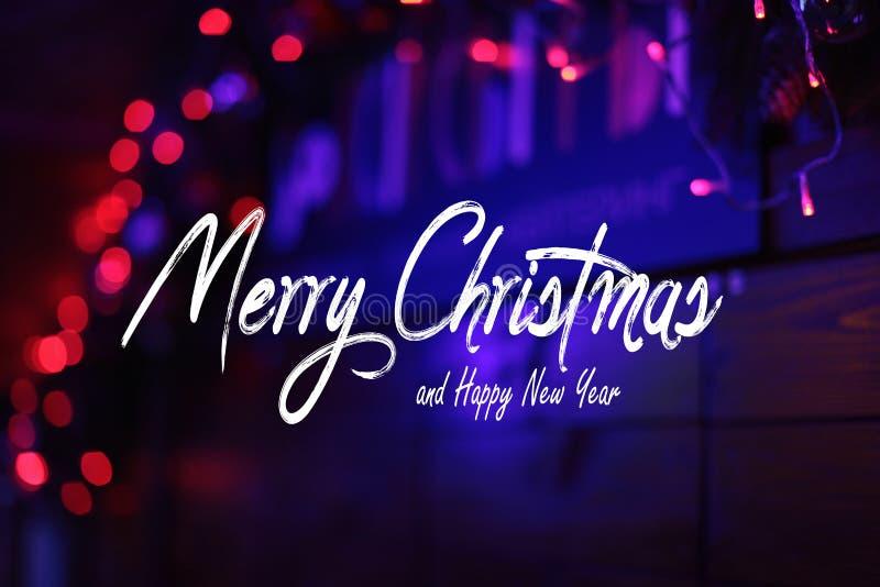 Χαρούμενα Χριστούγεννα και κείμενο εορτασμού καλής χρονιάς στοκ φωτογραφία