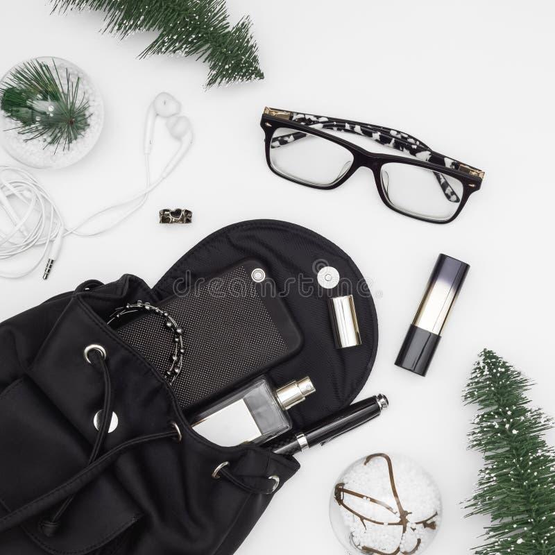 Χαρούμενα Χριστούγεννα και ομορφιάς και μόδας καλής χρονιάς έννοια Επίπεδος βάλτε των διακοσμήσεων Χριστουγέννων και της τσάντας  στοκ φωτογραφία με δικαίωμα ελεύθερης χρήσης