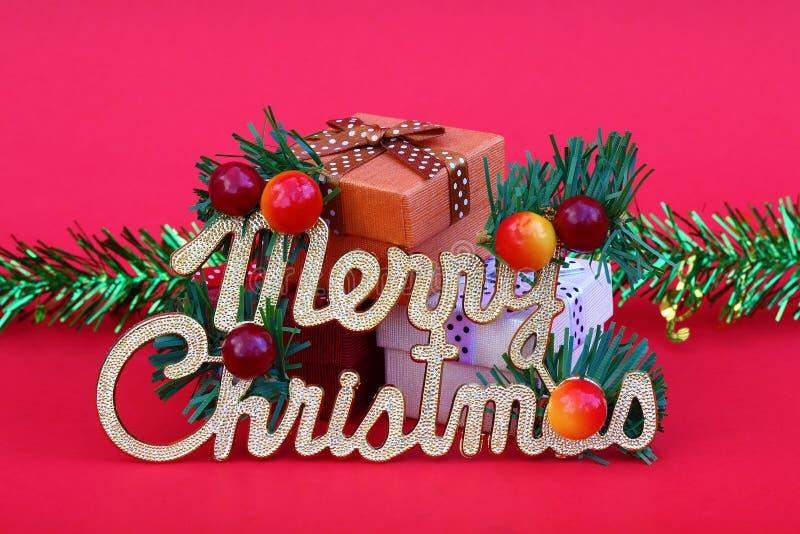 Χαρούμενα Χριστούγεννα με το δώρο και τη διακόσμηση για το σχέδιο και το backgro στοκ εικόνες με δικαίωμα ελεύθερης χρήσης