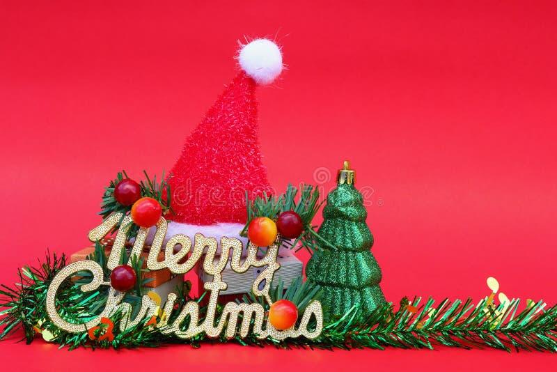 Χαρούμενα Χριστούγεννα με το δώρο και τη διακόσμηση στο κόκκινο για το σχέδιο και στοκ φωτογραφίες