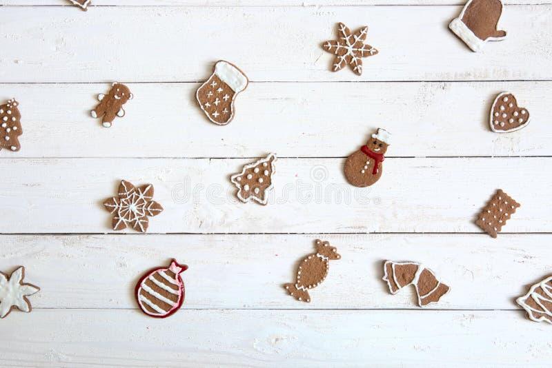 Χαρούμενα Χριστούγεννα! Υπόβαθρο χειμώνα ή Χριστουγέννων με το μπισκότο μελοψωμάτων που διακοσμείται με τη βασιλική τήξη στον ξύλ στοκ εικόνα με δικαίωμα ελεύθερης χρήσης