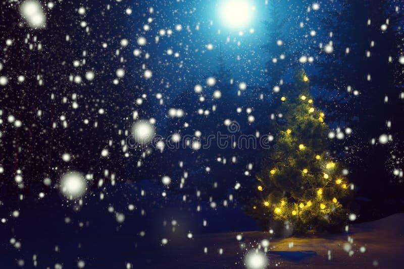 Χαρούμενα Χριστούγεννα! Χριστουγεννιάτικο δέντρο έξω από τις χιονοπτώσεις στο σεληνόφωτο όμορφα Χριστούγεννα ανασ&ka Αφηρημένες α στοκ εικόνα με δικαίωμα ελεύθερης χρήσης