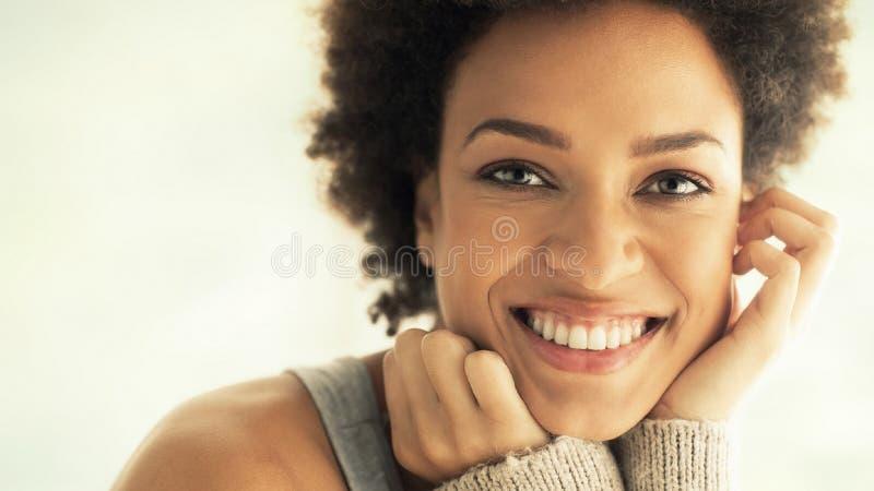 Χαρούμενη αθλητική νεαρή γυναίκα