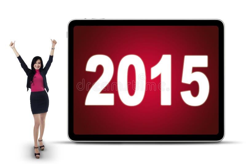 Χαρούμενη γυναίκα εργαζόμενος με τους αριθμούς 2015 στοκ εικόνες με δικαίωμα ελεύθερης χρήσης