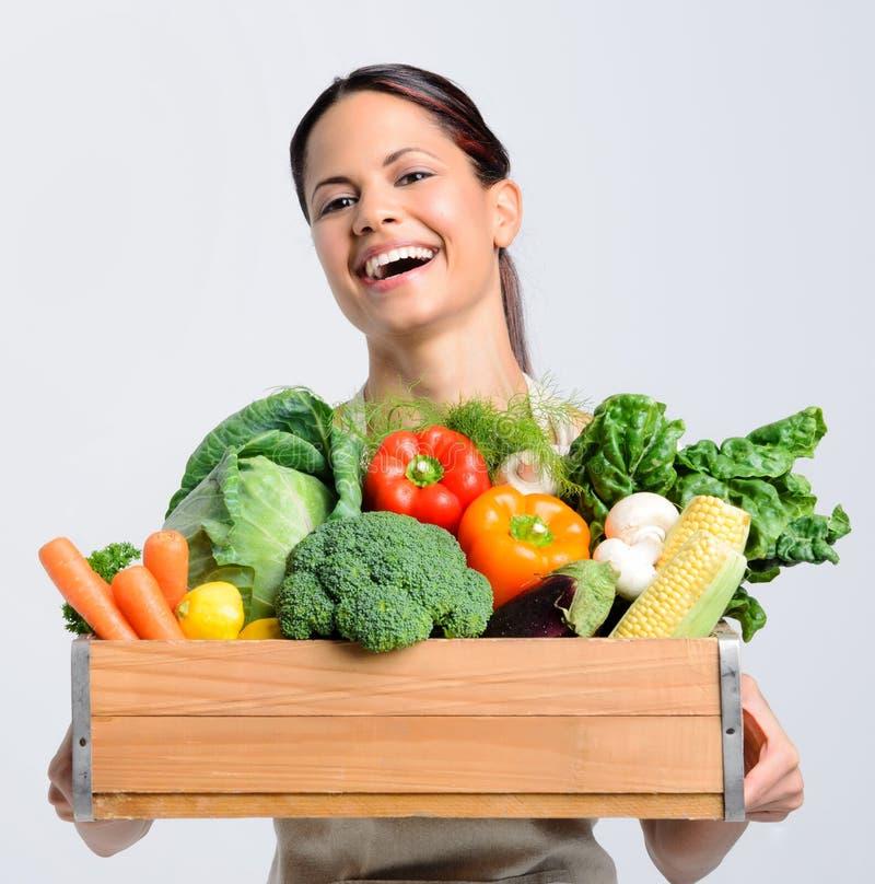 Χαρούμενη γυναίκα με τα φρέσκα προϊόντα στοκ φωτογραφίες