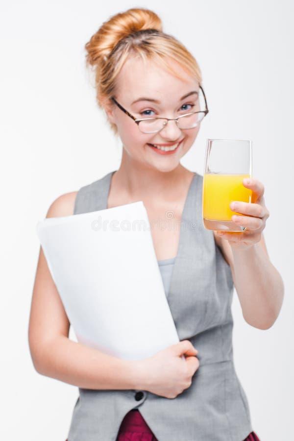 Χαρούμενη γυναίκα με το ποτήρι του χυμού υγιής ζωή στοκ εικόνα