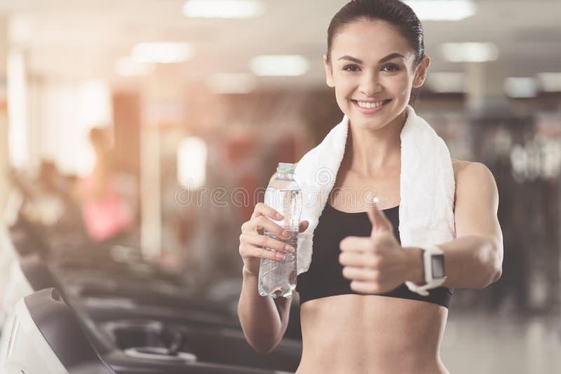Χαρούμενη γυναίκα που κάνει μια χειρονομία έγκρισης σε μια γυμναστική στοκ φωτογραφία με δικαίωμα ελεύθερης χρήσης