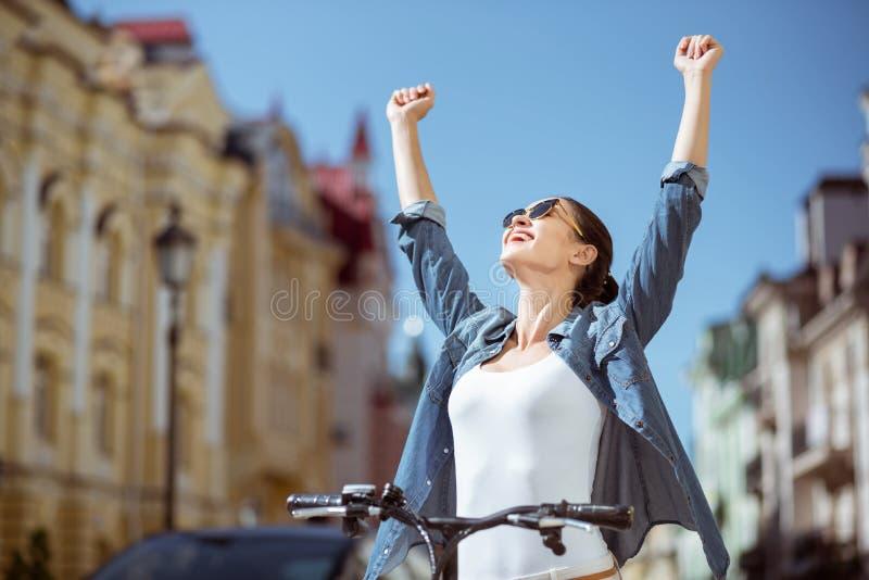 Χαρούμενη γυναίκα που οδηγά ένα ποδήλατο στοκ εικόνες