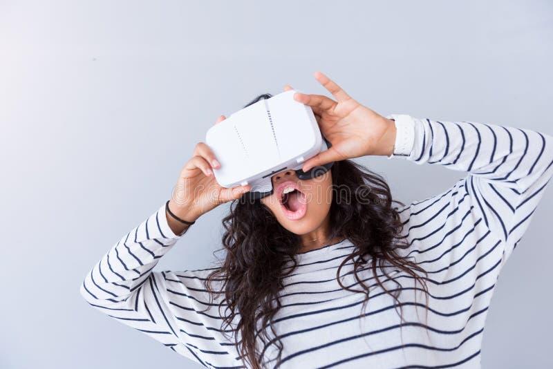 Χαρούμενη γυναίκα που χρησιμοποιεί τη συσκευή εικονικής πραγματικότητας στοκ φωτογραφία με δικαίωμα ελεύθερης χρήσης