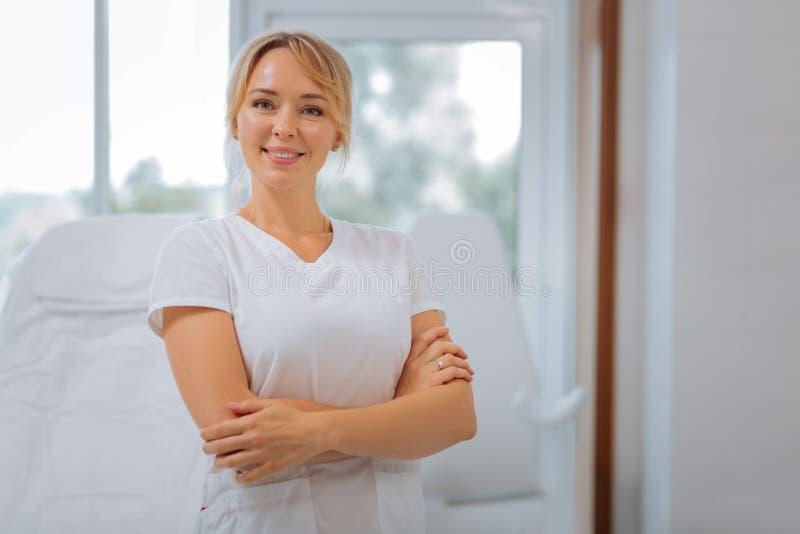 Χαρούμενη ευτυχής νέα γυναίκα διαγώνιο που δίνεται που στέκεται στοκ εικόνα με δικαίωμα ελεύθερης χρήσης