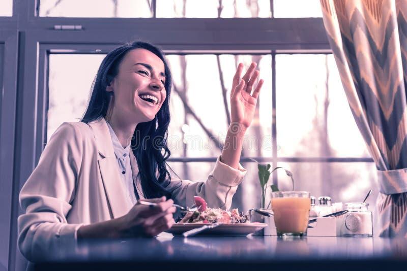 Χαρούμενη θετική νέα γυναίκα που χαιρετά το φίλο της στοκ φωτογραφία