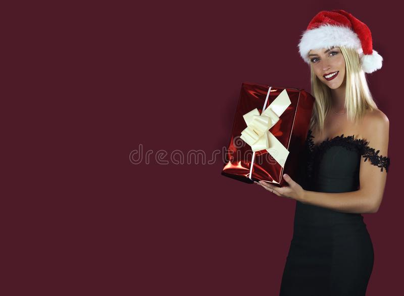 Χαρούμενη νέα γυναίκα που κρατά ένα δώρο Χριστουγέννων στοκ φωτογραφία με δικαίωμα ελεύθερης χρήσης