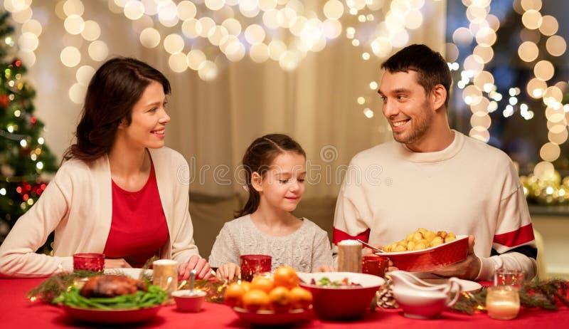 Χαρούμενη οικογένεια που κάνει χριστουγεννιάτικο δείπνο στο σπίτι στοκ φωτογραφία με δικαίωμα ελεύθερης χρήσης