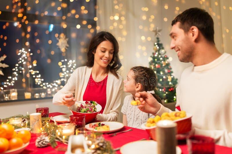 Χαρούμενη οικογένεια που κάνει χριστουγεννιάτικο δείπνο στο σπίτι στοκ εικόνα με δικαίωμα ελεύθερης χρήσης