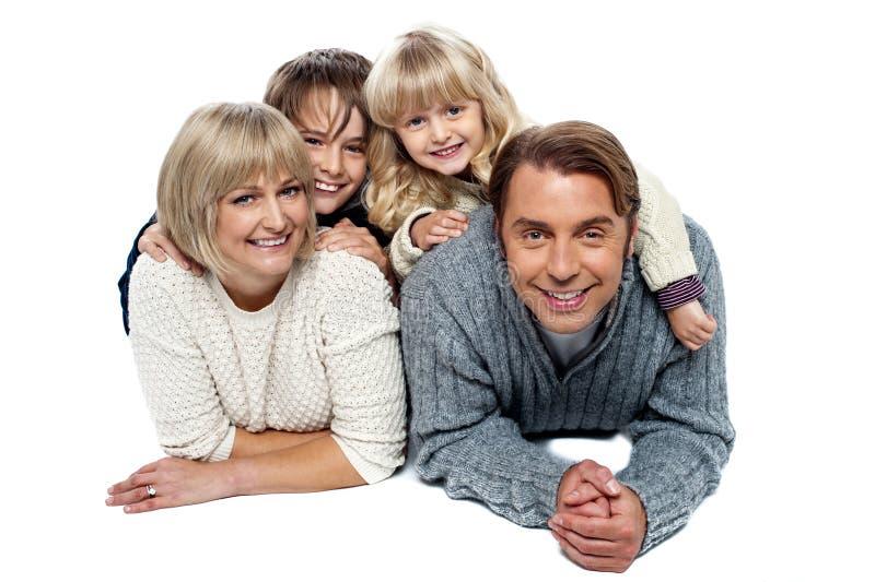 Χαρούμενη τετραμελής οικογένεια, πυροβολισμός στούντιο στοκ φωτογραφίες