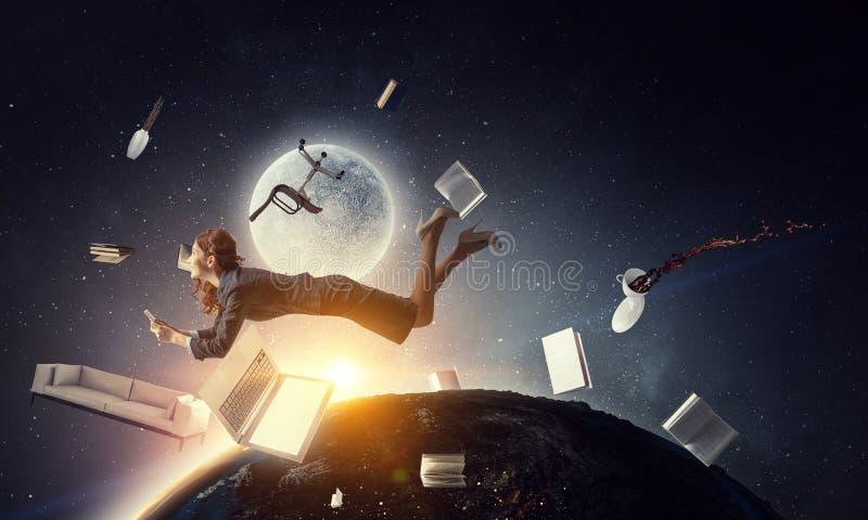 Χαρούμενη όμορφη νέα levitating επιχειρηματίας r στοκ φωτογραφία