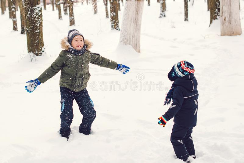 """Χαρούμενοι αδελφοί που παίζουν με Ï""""Î¿ χιόνι. Χειμερινές και χριστουγενν στοκ φωτογραφίες με δικαίωμα ελεύθερης χρήσης"""