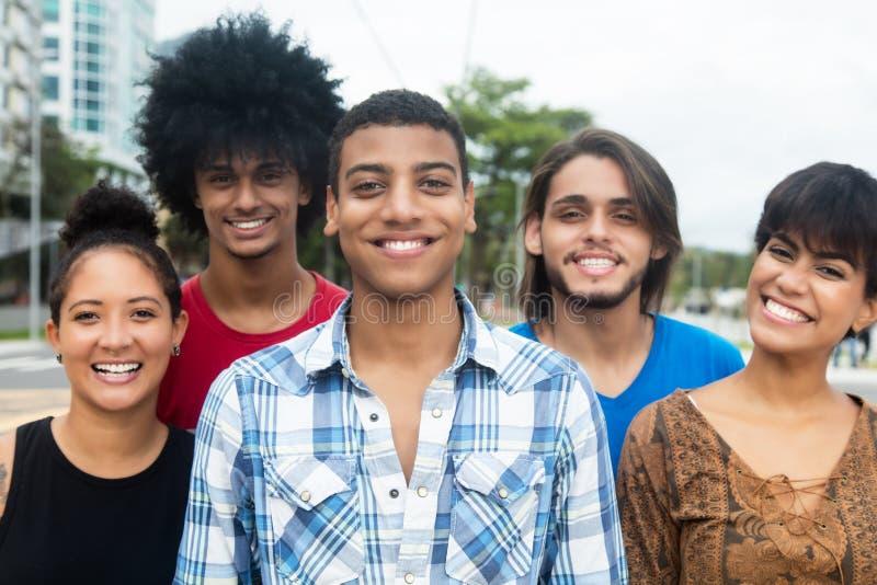 Χαρούμενοι γελώντας διεθνείς ενήλικοι νέοι στοκ εικόνα με δικαίωμα ελεύθερης χρήσης