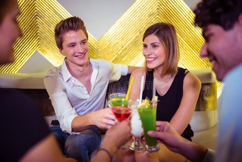 Χαρούμενοι φίλοι που απολαμβάνουν στο νυχτερινό κέντρο διασκέδασης στοκ εικόνα με δικαίωμα ελεύθερης χρήσης