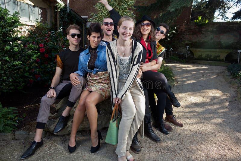 Χαρούμενοι φίλοι στο βράχο στο πάρκο στοκ εικόνα με δικαίωμα ελεύθερης χρήσης