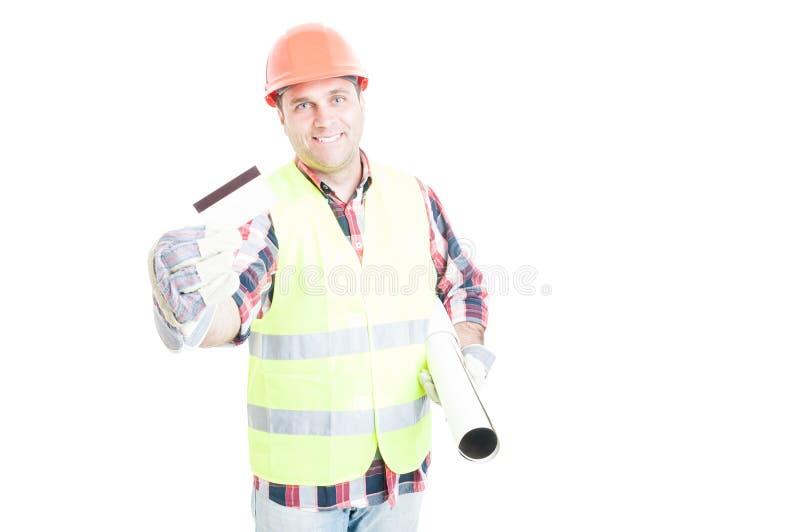 Χαρούμενος αρχιτέκτονας με την πιστωτική κάρτα στοκ φωτογραφία με δικαίωμα ελεύθερης χρήσης