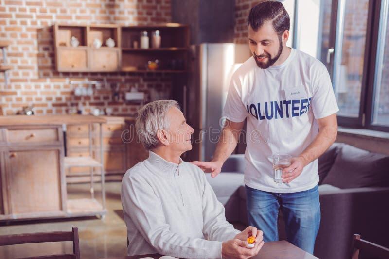 Χαρούμενος εθελοντής που ηρεμεί τον πελάτη του στοκ εικόνες