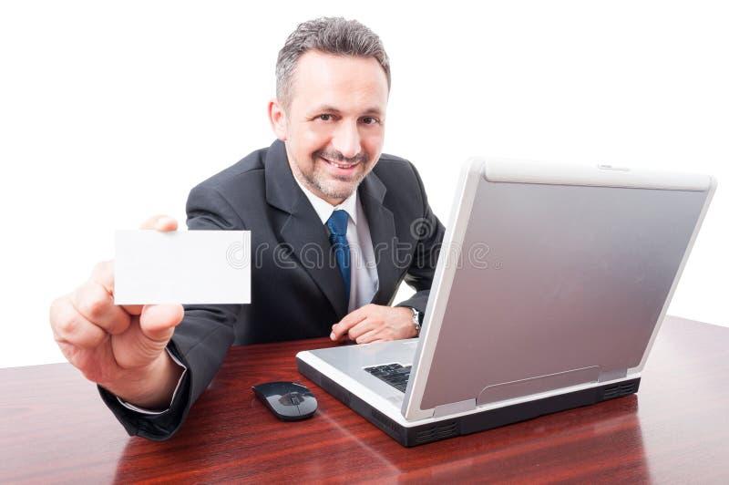 Χαρούμενος επιχειρηματίας που κρατά την κενή επαγγελματική κάρτα στοκ φωτογραφίες