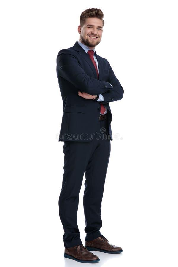 Χαρούμενος επιχειρηματίας που στέκεται με τα όπλα του που διπλώνονται και που χαμογελά στοκ φωτογραφίες με δικαίωμα ελεύθερης χρήσης
