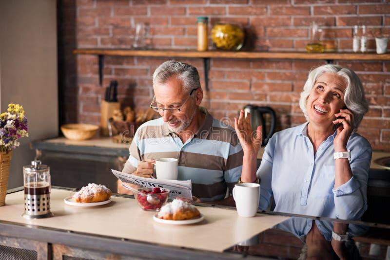 Χαρούμενος καφές κατανάλωσης ζευγών ατόμων τρίτης ηλικίας μαζί στην κουζίνα στοκ εικόνες με δικαίωμα ελεύθερης χρήσης