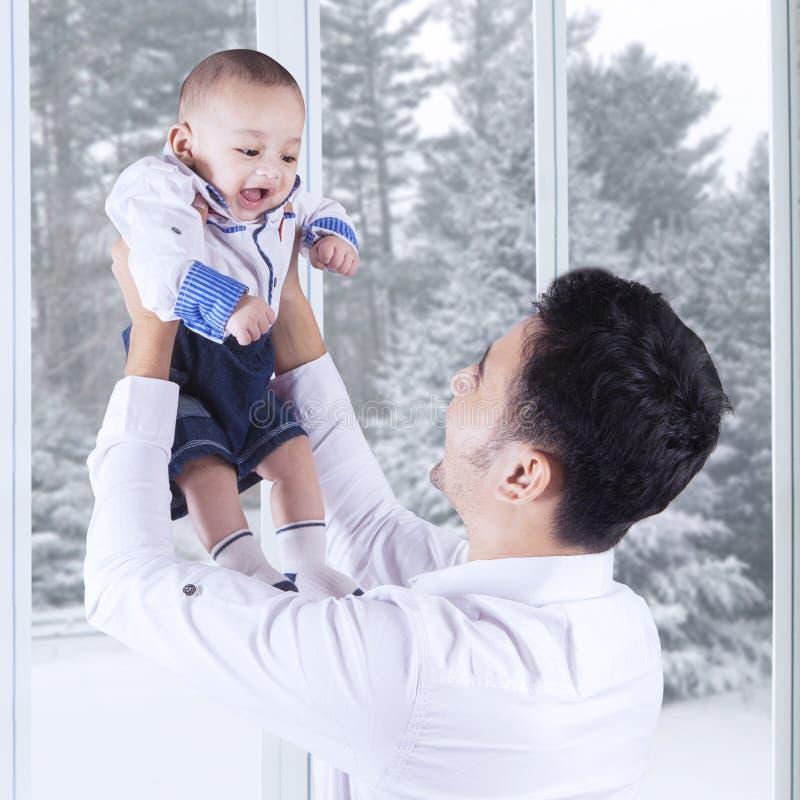Χαρούμενος πατέρας και το μωρό του στοκ εικόνα
