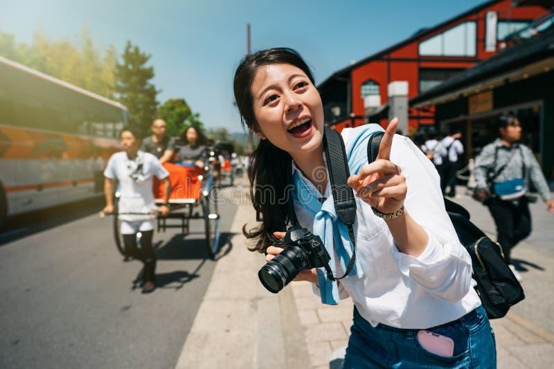 Χαρούμενος ταξιδιώτης που δείχνει περίεργα τον ουρανό στοκ εικόνες