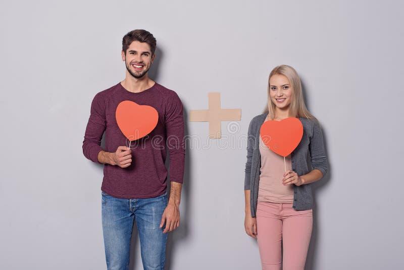 Χαρούμενο αγαπώντας ζεύγος που παρουσιάζει συναισθήματά τους στοκ εικόνες με δικαίωμα ελεύθερης χρήσης