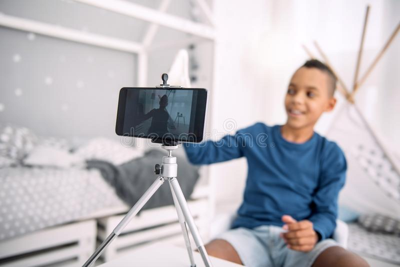 Χαρούμενο αγόρι blogger που δημιουργεί το βίντεο στοκ φωτογραφία με δικαίωμα ελεύθερης χρήσης
