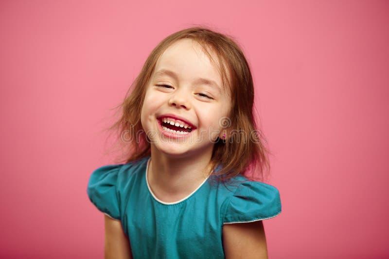 Χαρούμενο γέλιο του εύθυμου κοριτσιού παιδιών, απομονωμένο πορτρέτο στοκ φωτογραφία