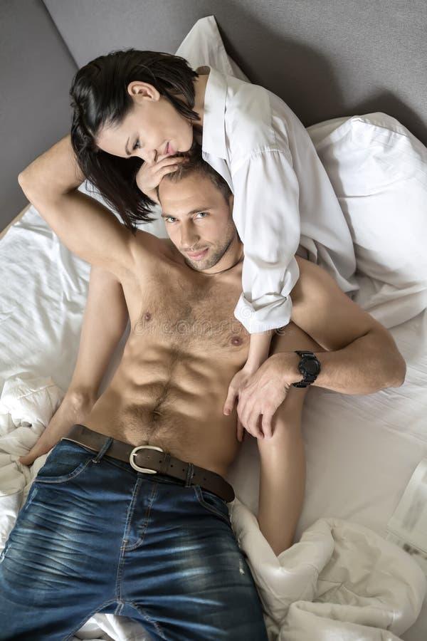 Χαρούμενο ζεύγος στο κρεβάτι στοκ εικόνες