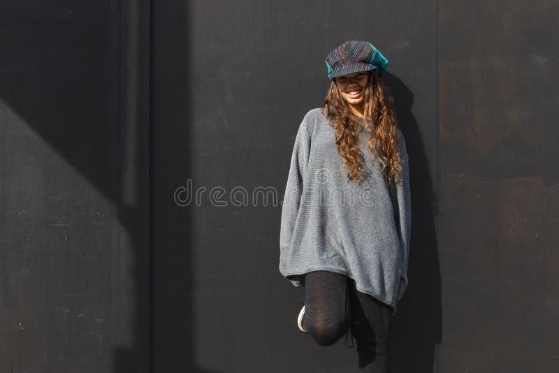 Χαρούμενο κορίτσι με πολύχρωμο καπέλο και μακριά καστανά μαλλιά στοκ φωτογραφίες