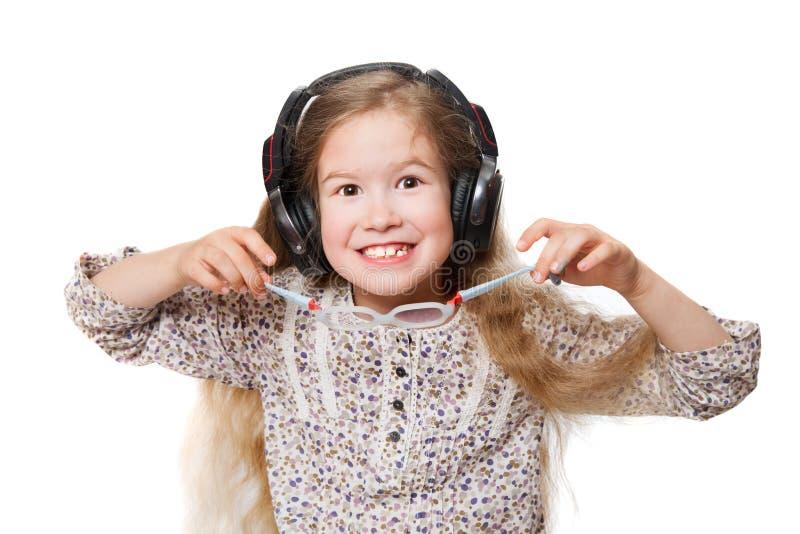 Χαρούμενο κορίτσι στα ακουστικά στοκ εικόνες με δικαίωμα ελεύθερης χρήσης