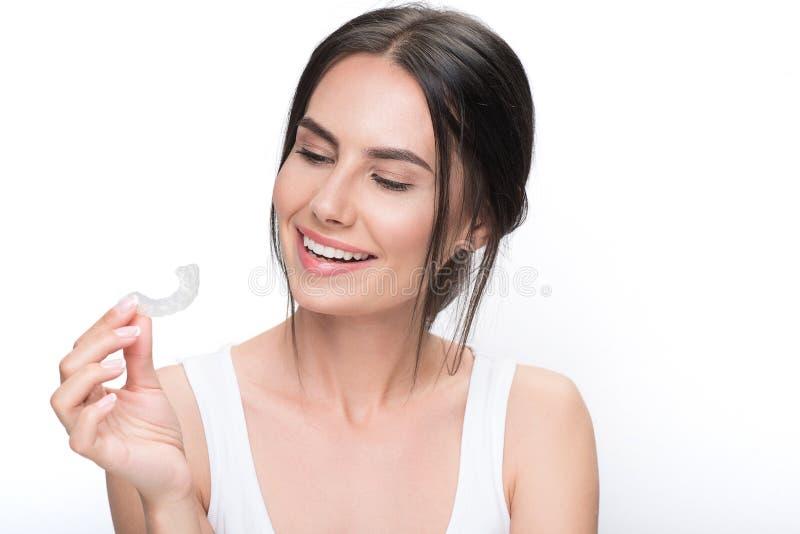Χαρούμενο κορίτσι brunette έτοιμο για την επεξεργασία σαφής-ευθυγραμμιστών στοκ εικόνα