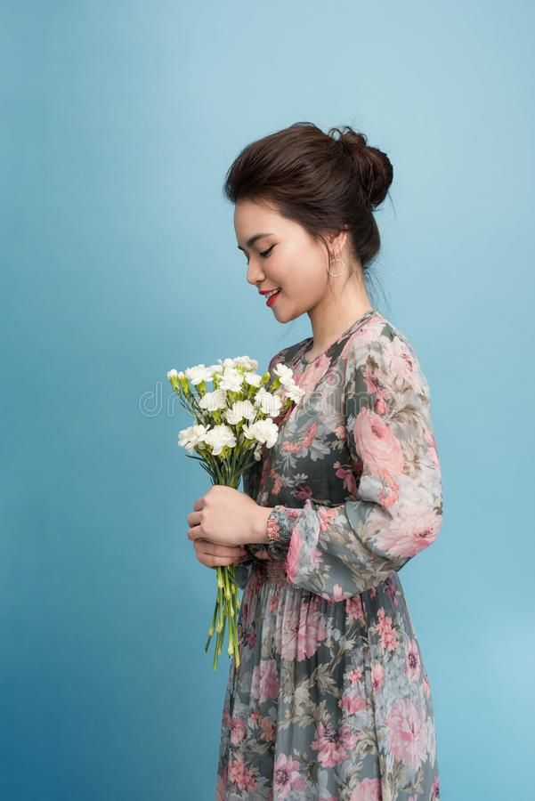 Χαρούμενο παιχνίδι κοριτσιών της Ασίας με το ρομαντικό φόρεμά της στοκ εικόνες