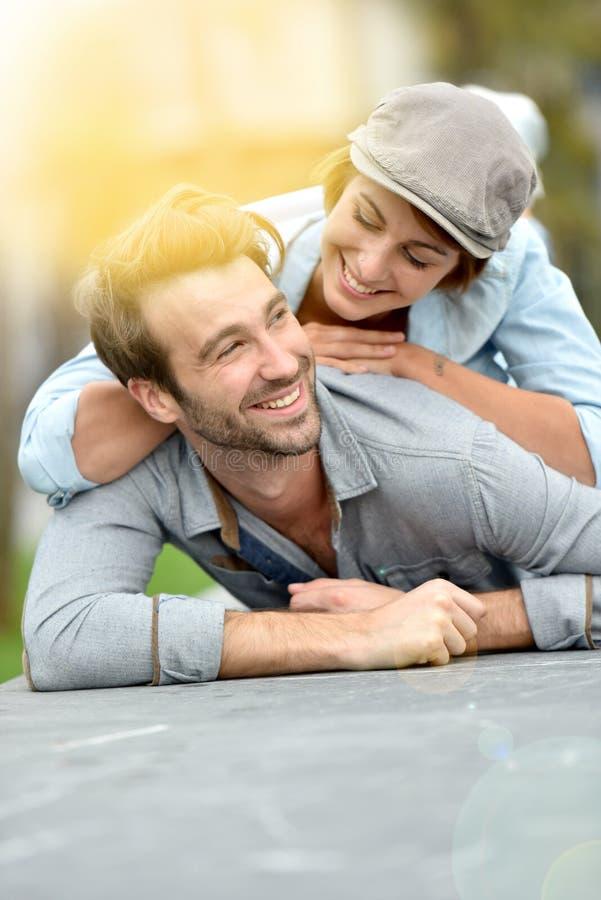 Χαρούμενο ρομαντικό ζεύγος στις οδούς στοκ φωτογραφία