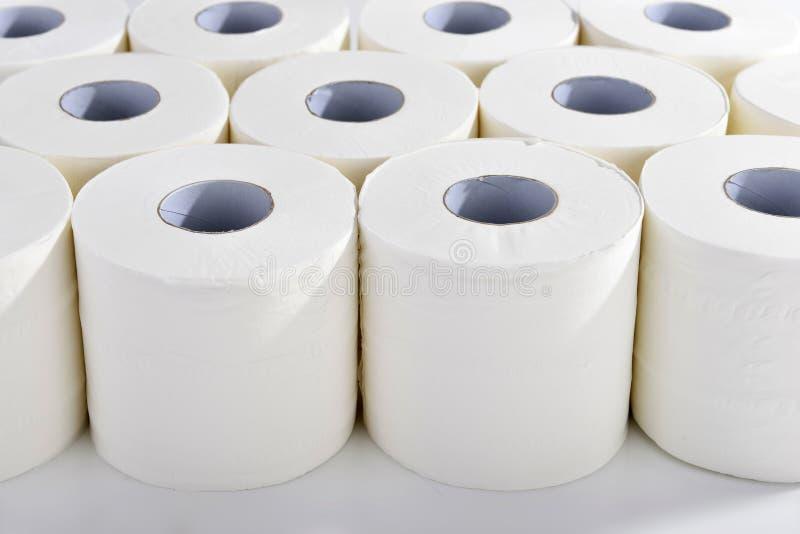Χαρτί τουαλέτας στις τακτικές σειρές στοκ εικόνες