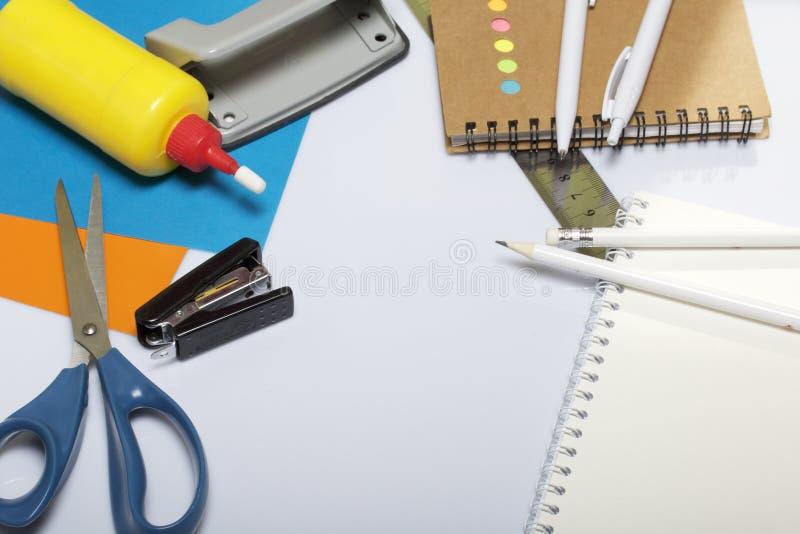 Χαρτικά για το σχολείο και τη διδασκαλία Σημειωματάρια και μάνδρες με το μολύβι για το γράψιμο Έγγραφο, ψαλίδι και κόλλα χρώματος στοκ εικόνα
