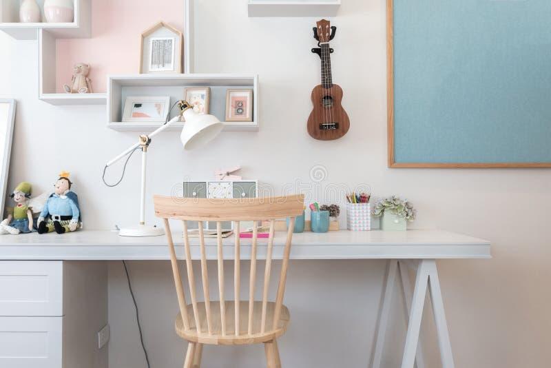 Χαρτικά στο γραφείο στο δωμάτιο παιδιών ` s στο σπίτι Εσωτερικό του παιδιού ` s στοκ εικόνα
