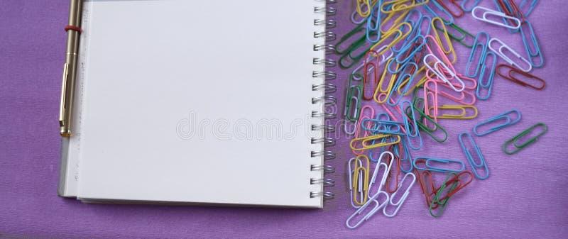 Χαρτικά, συνδετήρες εγγράφου, σημειωματάριο και μάνδρα για το γραφείο ή το σχολείο στοκ εικόνες με δικαίωμα ελεύθερης χρήσης