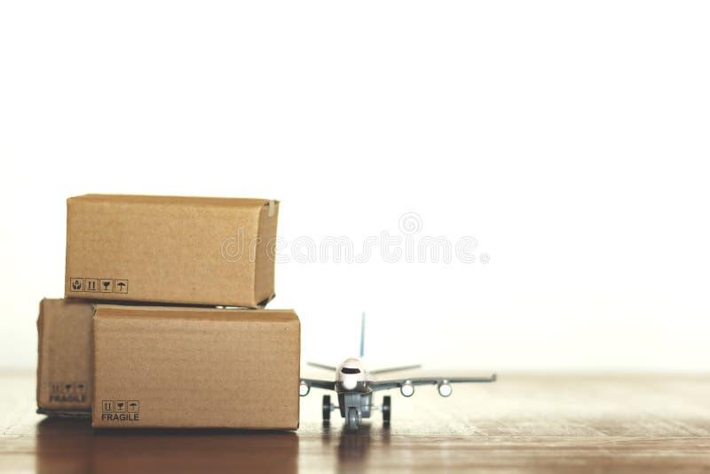 Χαρτοκιβώτια και αεροπλάνο με το διάστημα αντιγράφων στοκ φωτογραφία