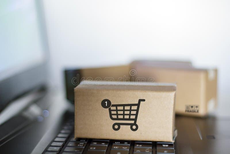 Χαρτοκιβώτια στο πληκτρολόγιο υπολογιστών On-line ψωνίζοντας, έννοια ηλεκτρονικού εμπορίου στοκ εικόνα