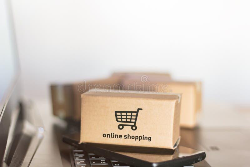 Χαρτοκιβώτια, smartphone και lap-top On-line ψωνίζοντας, έννοια ηλεκτρονικού εμπορίου στοκ εικόνες με δικαίωμα ελεύθερης χρήσης
