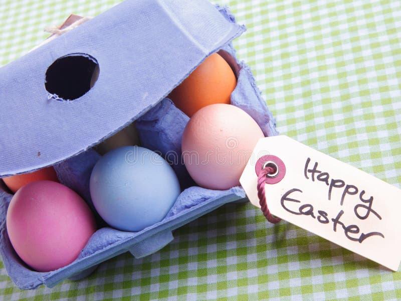 Χαρτοκιβώτιο αυγών με τα διαφορετικά χρωματισμένα αυγά στοκ εικόνες με δικαίωμα ελεύθερης χρήσης